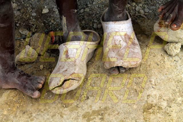 hojeando el hierro fundido manual cocinando una estufa de leña portátil miles de personas van descalzas por no tener zapatos