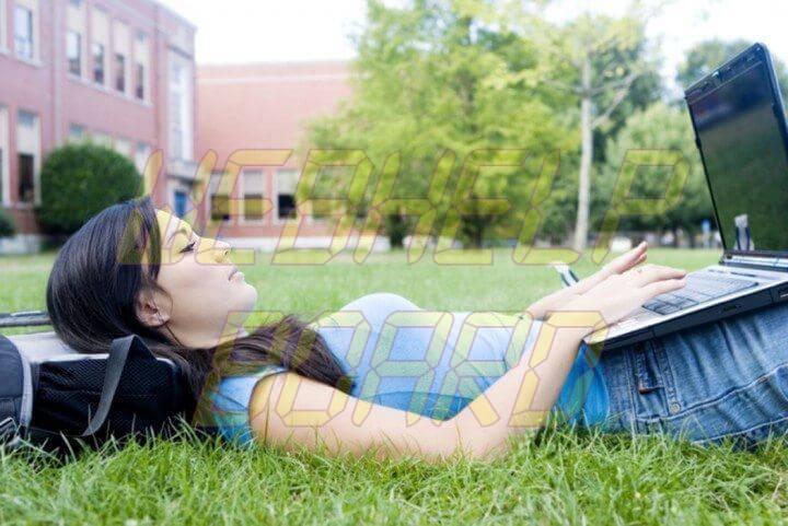 college student using laptop 720x481 - 10 dicas para ajudar a proteger seu notebook em locais públicos
